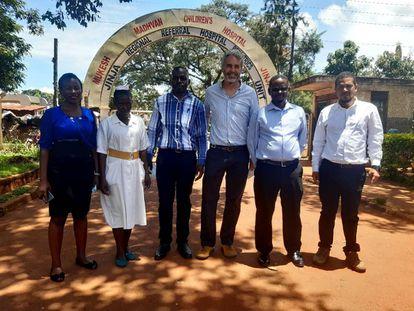 El pediatra Pablo Rojo junto a médicos locales en el hospital de Jinja, en Uganda.
