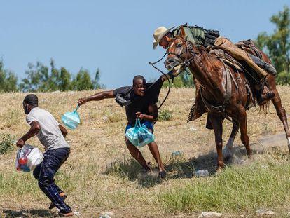 Un agente de la Patrulla Fronteriza de los Estados Unidos a caballo intenta evitar que un migrante haitiano ingrese a un campamento a orillas del Río Grande cerca del Puente Internacional Acuña del Río en Del Río, Texas, el 19 de septiembre de 2021.