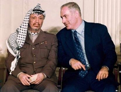 Benjamín Netanyahu con el líder palestino Yasir Arafat en la Casa Blanca en 1996.