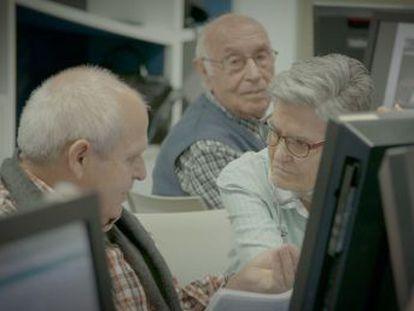 Un grupo de mayores de 65 años enseña a presos de segundo grado a manejarse con el ordenador