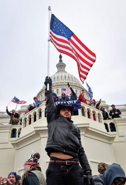 Seguidores del todavía presidente de Estados Unidos, Donald Trump, ocupan el edificio del Capitolio, en Washington, el pasado 6 de enero de 2021.
