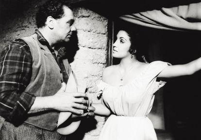 Katy Jurado y el actor Ernest Borgnine en el rodaje de 'The Badlanders' (Los malvados de Yuma).