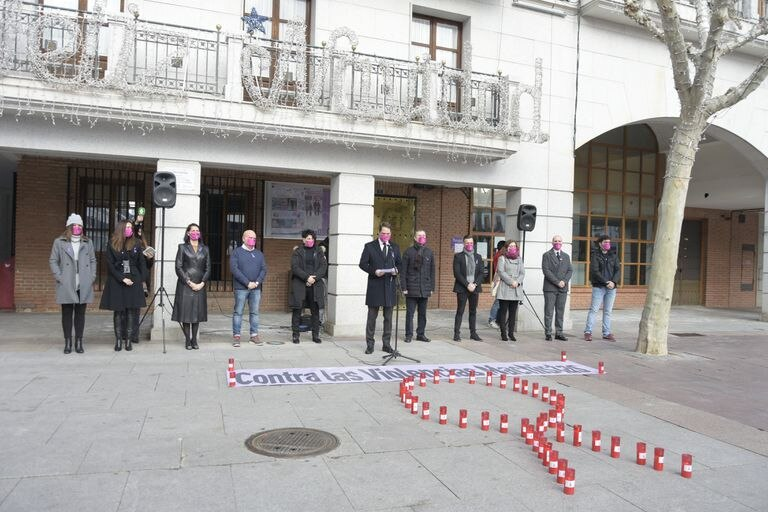 The political representatives of Torrejón de Ardoz (Madrid) during the minute of silence this Friday.