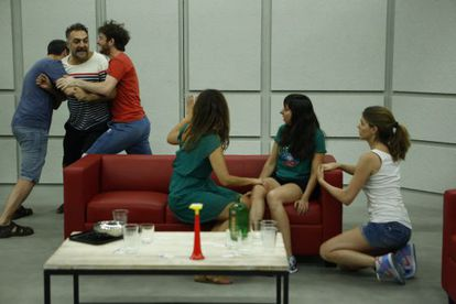 De izquierda a derecha, Fele Martínez, Juan Carlos Vellido, Gorka Otxoa, Melani Olivares, Carmen Ruiz y Manuela Velasco, en un ensayo  de la obra.