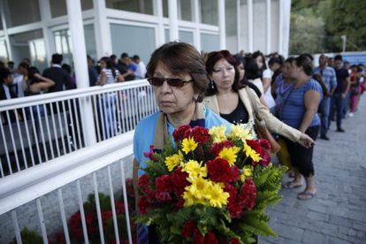 Fila de admiradoras en el funeral de Mónica Spear en Caracas.