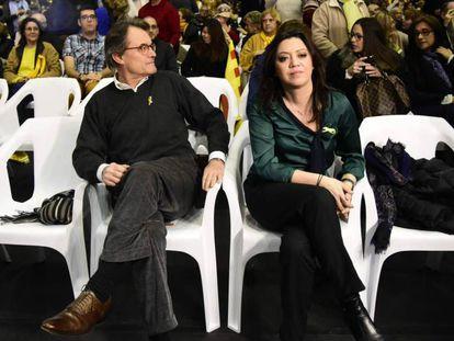 Artur Mas con la esposa de Puigdemont, Marcela Topor, en uno de los pocos actos a los que ha acudido el expresidente.