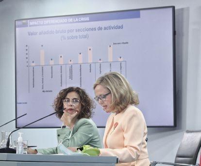 La ministra de Hacienda, María Jesús Montero, y la titular de Economía, Nadia Calviño.