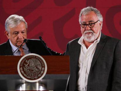 El presidente López Obrador y el subsecretario Alejandro Encinas, en una rueda de prensa en 2019.