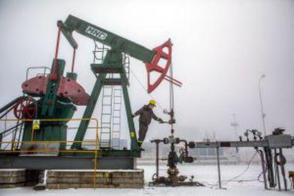 Un empleado de una pozo petrolero en Damborice (República Checa), el viernes pasado.