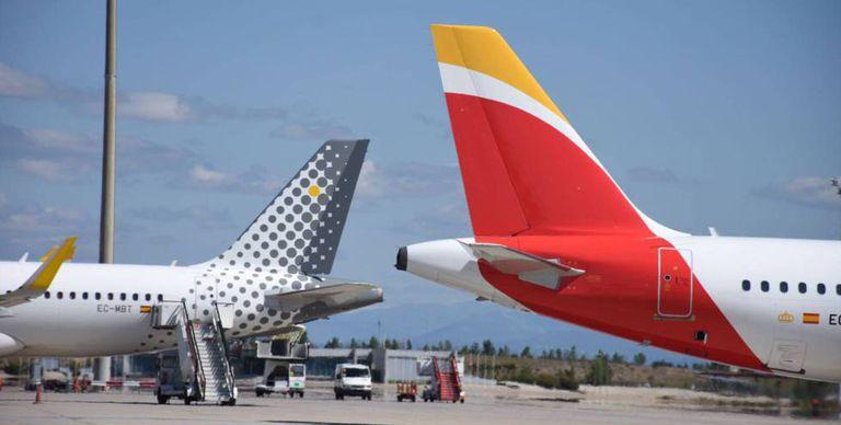 Colas de aviones de Vueling e Iberia, ambas del holding IAG.