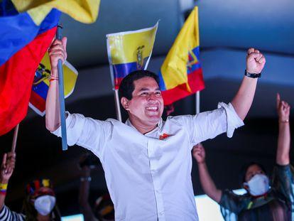 Andrés Arauz, candidato a la presidencia de Ecuador, tras el cierre de campaña en Quito, este jueves.