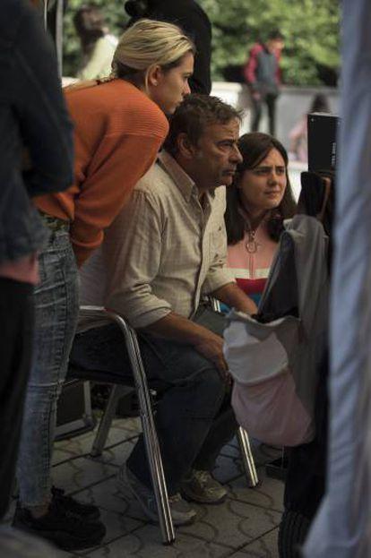 Desde la izquierda, Greta Fernández, Eduard Fernández y Belén Funes, en el rodaje de 'La hija de un ladrón'.
