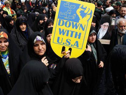 Una mujer iraní muestra una pancarta contra EE UU en una manifestación en Teherán el pasado viernes.