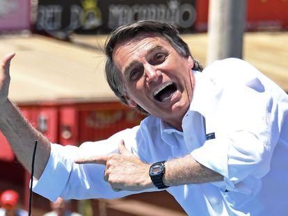 Jair Bolsonaro simula disparar durante un acto de campaña celebrado en Ceilandia, Brasil, en septiembre de 2018.