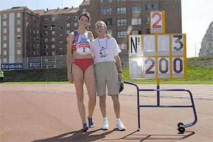 Ruth Beitia, junto a su entrenador, Ramón Torralbo, tras lograr el récord nacional de salto de altura en Avilés.