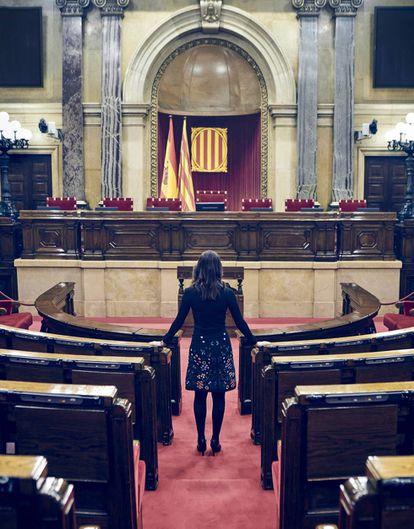Inés Arrimadas, en el hemiciclo del Parlament de Cataluña. Su escaño de jefa de la oposición es el primero de la segunda fila, a la izquierda del pasillo central.