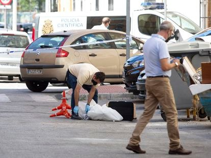 Miembros de la Policía Nacional y Local de Málaga, en las inmediaciones de la calle Fernán Núñez, donde esta mañana un hombre de 55 años ha asesinado a su pareja.
