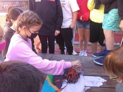 Una niña colabora en un experimento con volcanes.