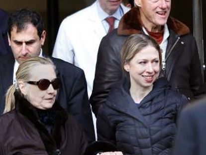 Hillary y Bill Clinton, con su hija Chelsea.