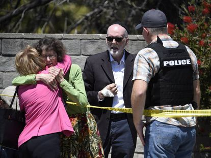 Dos mujeres se abrazan en el exterior de la sinagoga Chabad, en Poway, California, el pasado 28 de abril.