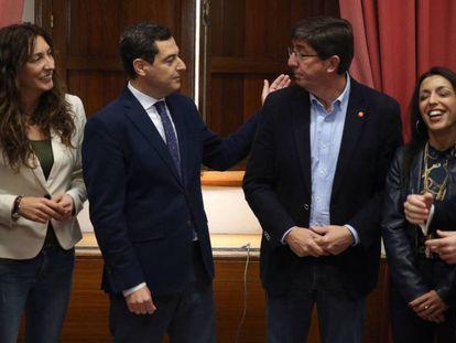 Juan Manuel Moreno y Juan Marín junto con los equipos negociadores de PP y Ciudadanos, hoy en el Parlamento andaluz. ALEJANDRO RUESGA / En vídeo: declaraciones de Juanma Moreno y Juan Marín