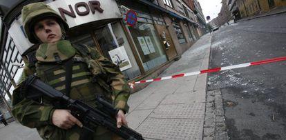 Una soldado noruega de vigilancia en una calle de Oslo.