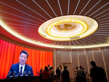 El presidente chino, Xi Jinping, aparece en una pantalla durante un evento que marca el 100º aniversario de la fundación del Partido Comunista de China, en Shanghái, el pasado 4 de junio.