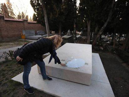 Pintura vertida sobre la tumba de Dolores Ibárruri, en el cementerio civil de La Almudena.
