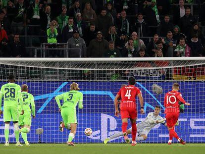 Rakitic lanza el penalti que le valió el empate a 1 al Sevilla contra el Wolfsburgo.