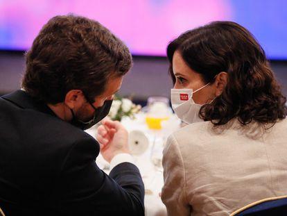 Pablo Casado e Isabel Díaz Ayuso charlan en el desayuno de Forum Europa del martes.