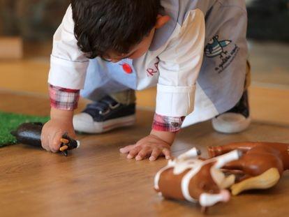 Un niño juega con muñecos.