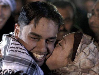 Un joven palestino recibe un beso de su madre después de ser liberado.