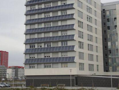Promoción de viviendas sociales en Vitoria con paneles solares que consigue ahorros energéticos del 40%.