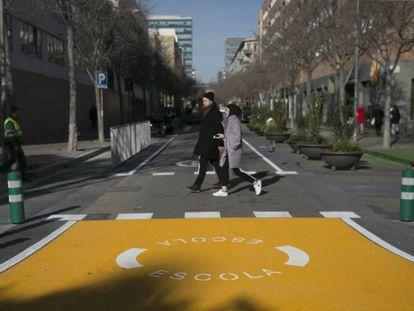 Entrada en el entorno pacificado de la escuela Grèvol de Barcelona.