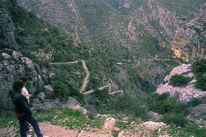 Descenso en zigzag del Barranco del Infierno, 6.700 escalones, en el Valle del Laguar, Alicante.