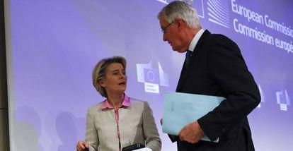 Ursula von der Leyen, presidenta de la Comisión Europea, junto a Michel Barnier, en diciembre de 2020 en Bruselas.