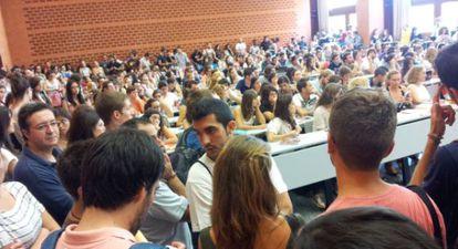 Alumnos de Derecho buscan sitio en el aula.
