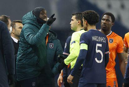 Demba Ba discute con el árbitro rumano Hategan, en el Parque de los Príncipes.