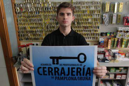 Iker de Carlos portavoz de la asamblea de profesionales de la cerrajería de Pamplona que se oponen a colaborar con los  desahucios.