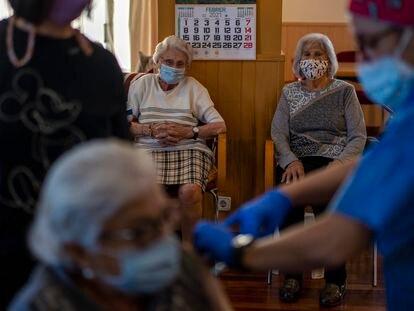 Vacunación en la residencia Icaria, en Barcelona, este martes.