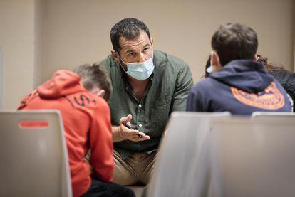 Sébastien Boueilh, fundador de 'Coloso con Pies de Barro' contra el abuso infantil en el deporte, charla con unos jóvenes.