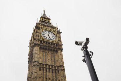 Dos cámaras de vigilancia junto al Big Ben, en Londres.