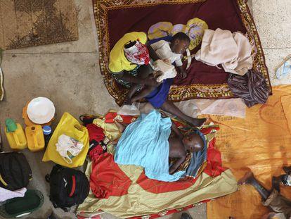 Una madre y sus hijos se preparan para pasar la noche en una iglesia católica de Pemba tras haber huido de su pueblo en el norte de Mozambique, en agosto de 2019.