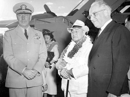 El primer ministro japonés Shigeru Yoshida visitó Pearl Harbor en agosto de 1951, diez años después del ataque