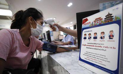 Chequeo de la temperatura corporal en prevención del coronavirus de Wahun en Bangkok (Tailandia).