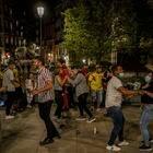 DVD 1052 (08-05-21)Decenas de personas en la plaza de Opera pasadas las 23 horas. Foto: Olmo Calvo