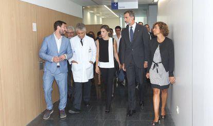 Los Reyes y la ministra de Sanidad durante su visita al Hospital de la Santa Creu i Sant Pau.