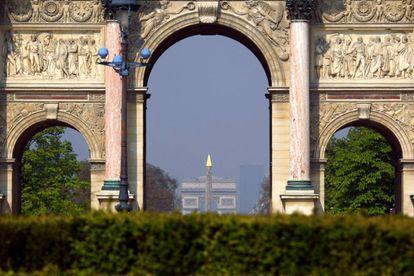 El obelisco de la Place de la Concorde y el Arco del Triunfo vistos desde el Arco del Carrusel. |