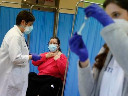 Una profesora es vacunada con la vacuna AstraZeneca en Terrass (Barcelona), el miércoles.