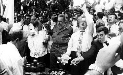 Fidel Castro y Manuel Fraga, el 28 de julio de 1992, preparando una queimada en Láncara.